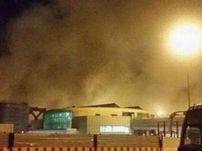 Dichte Rauchschwaden stiegen in der Nacht vom Flughafen auf.