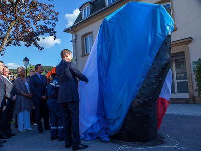 Le grand-duc dévoile la main en bronze de 3,30 m de haut.