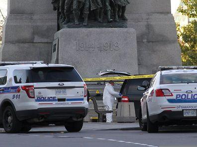 Kurze Zeit nach der Tat untersuchte die forensische Polizei den Tatort am Kriegerdenkmal. Dort wurde ein Soldat niedergeschossen.