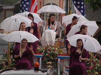 """Guten Laune trotz Regens bei der """"Geenzekinnigin"""" und ihren Ehrendamen"""