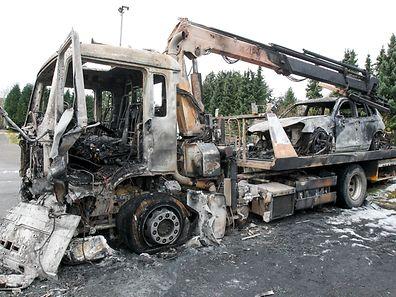 Der Abschleppwagen und das darauf stehende Auto sind komplett ausgebrannt.