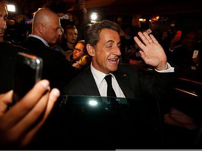 Nicolas Sarkozy quittant un restaurant parisien le 2 juillet 2014