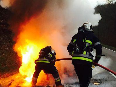 Le feu s'est déclaré dans le moteur de la voiture et a rapidement embrasé tout l'avant du véhicule.