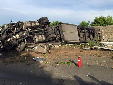 Der zerrissene Vorderreifen war offenbar Auslöser des Unfalls.
