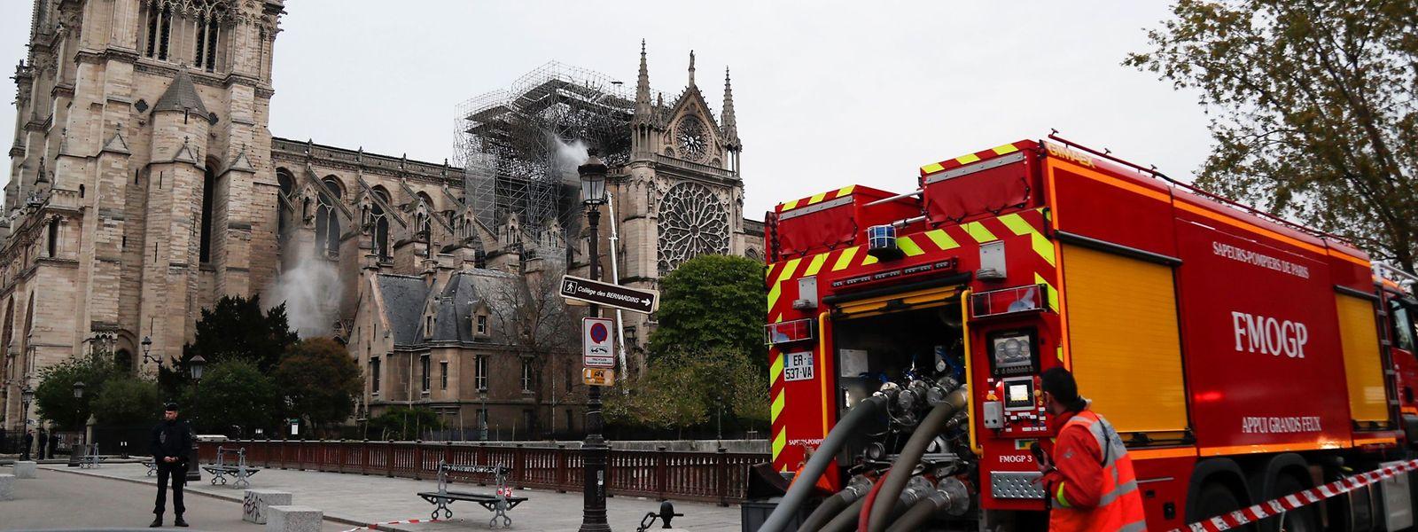 Quelques heures après le début de l'incendie qui a ravagé Notre-Dame de Paris, des messages de soutien ont afflué du monde entier.