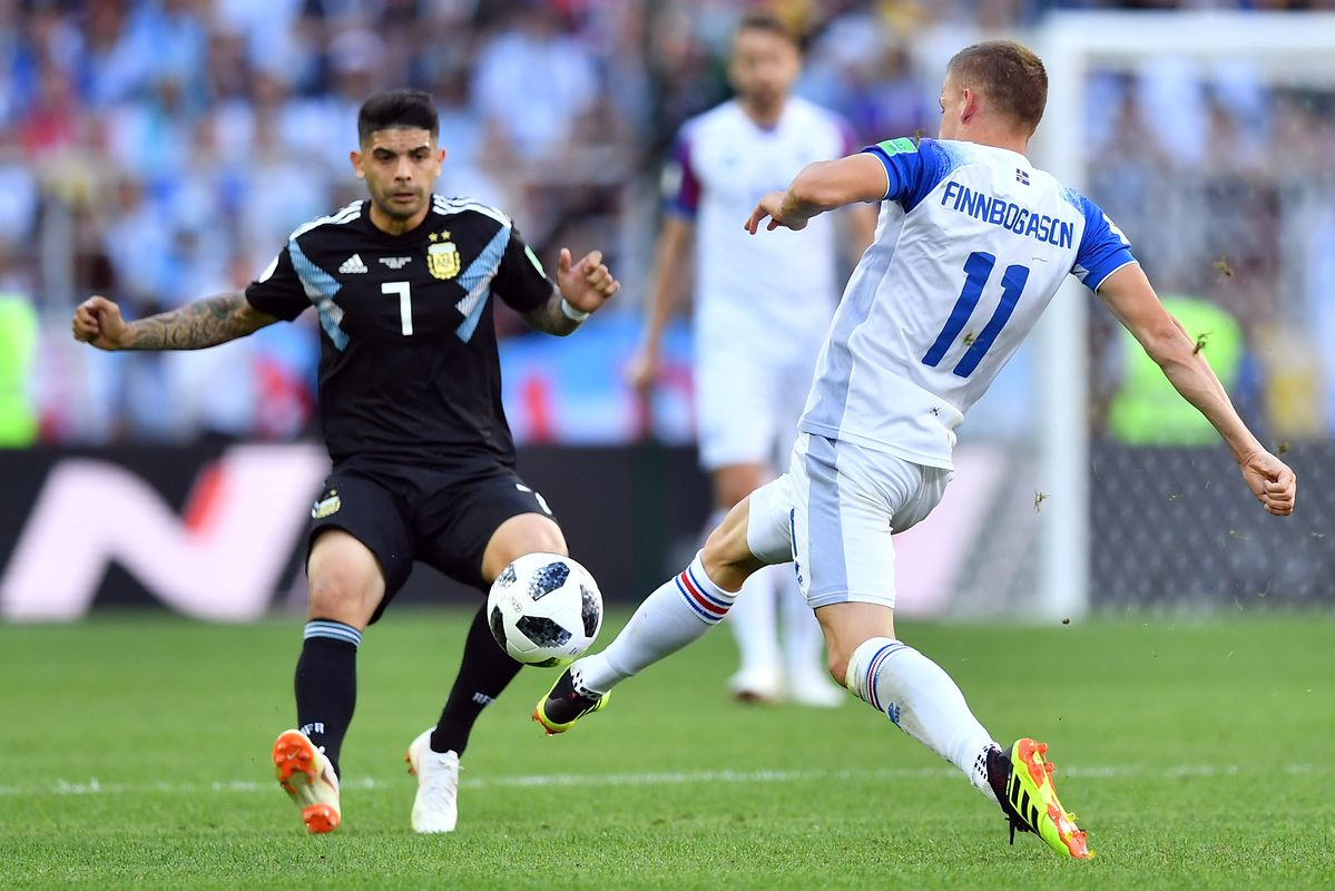 Iceland's forward Alfred Finnbogason (R) challenges Argentina's midfielder Ever Banega during the Russia 2018 World Cup Group D football match between Argentina and Iceland at the Spartak Stadium in Moscow on June 16, 2018. / AFP PHOTO / Yuri CORTEZ / RESTRICTED TO EDITORIAL USE - NO MOBILE PUSH ALERTS/DOWNLOADS