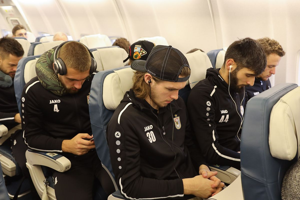 Die Düdelinger Kobe Cools (4), Tim Kips (30) und Delvin Skenderovic (44) erholen sich im Flugzeug.