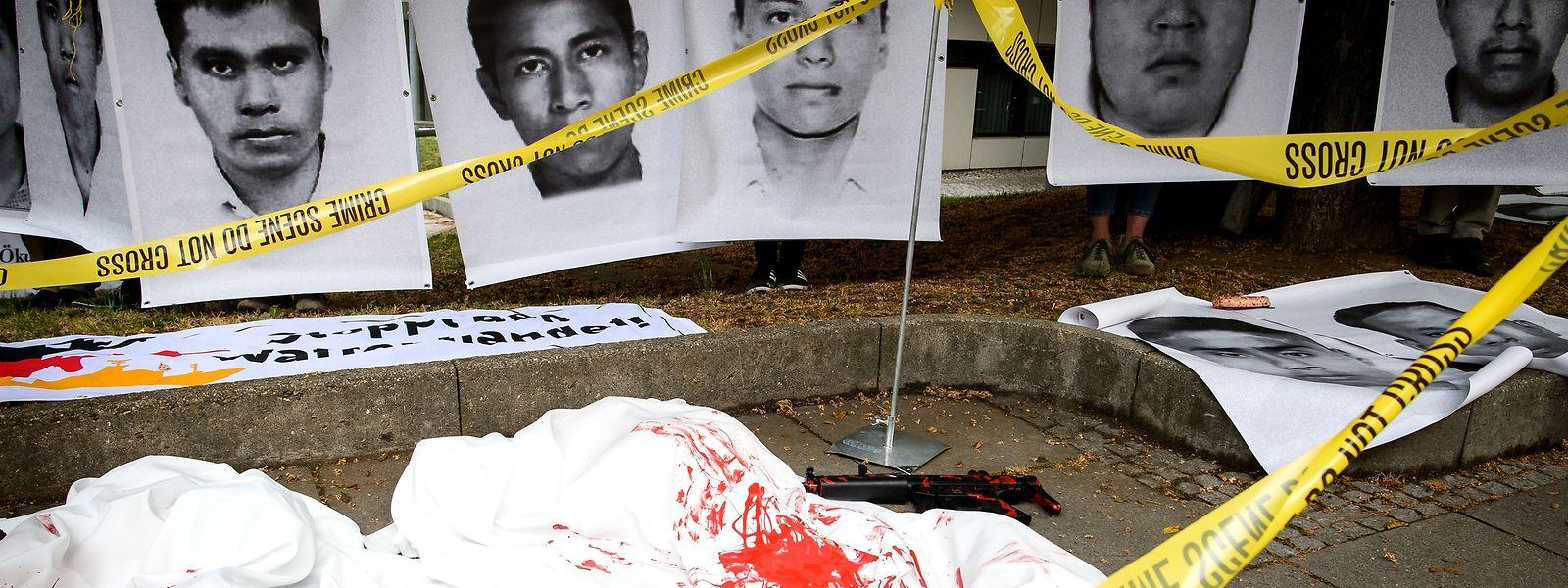 Gegner der Waffenlobby haben Fotos von 43 Studenten ausgestellt, welche 2014 in Mexiko entführt und mutmaßlich ermordet wurden.