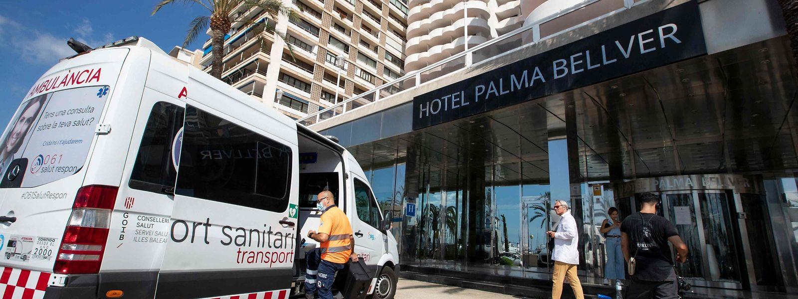 Des centaines d'étudiants se retrouvent confinés dans leur hôtel, pour suspicion d'infection.
