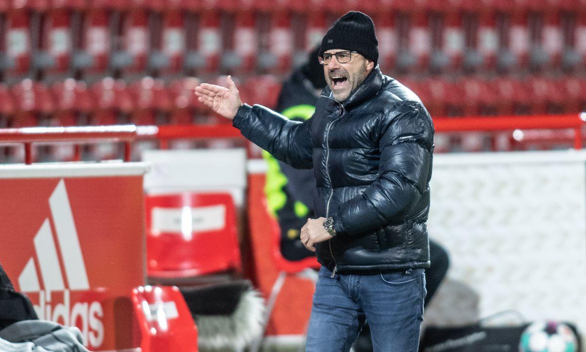 Leverkusens Trainer Peter Bosz ist bedient.