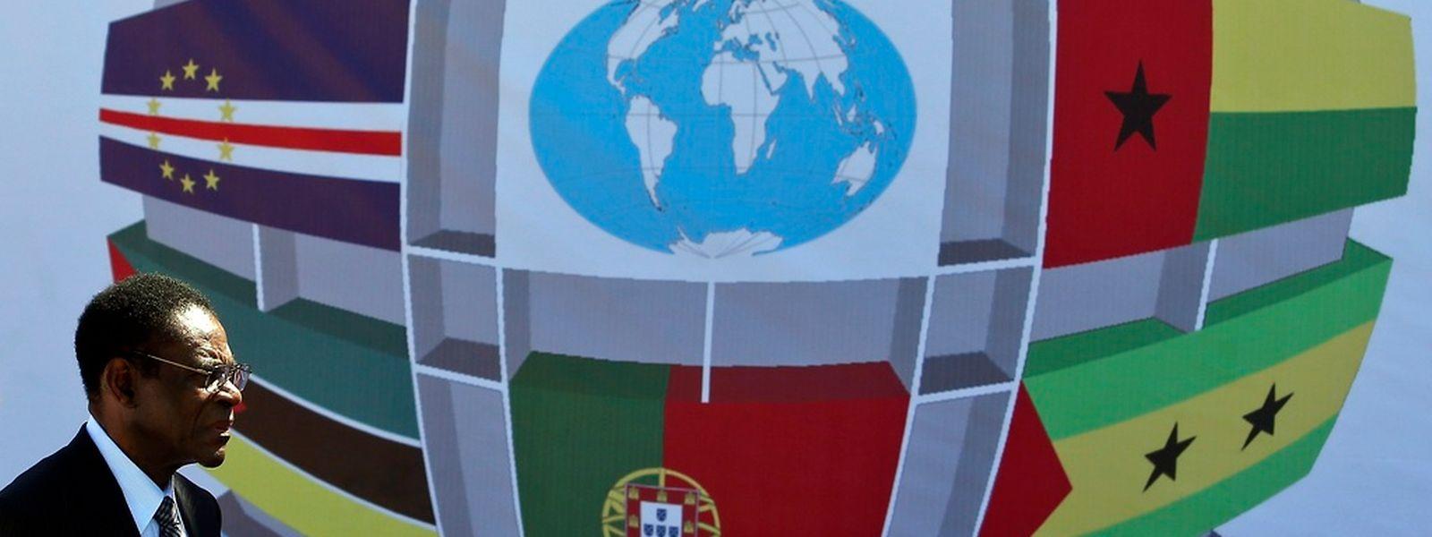 O presidente da Guiné Equatorial, Teodoro Obiang passa junto de um painel com bandeiras dos países da CPLP, no final da cerimónia de abertura da  X Conferência de Chefes de Estado e de Governo da Comunidade dos Países de Língua Portuguesa (CPLP), onde foi chamado para a tribuna junto dos restantes estados-membros, em Díli, Timor Leste
