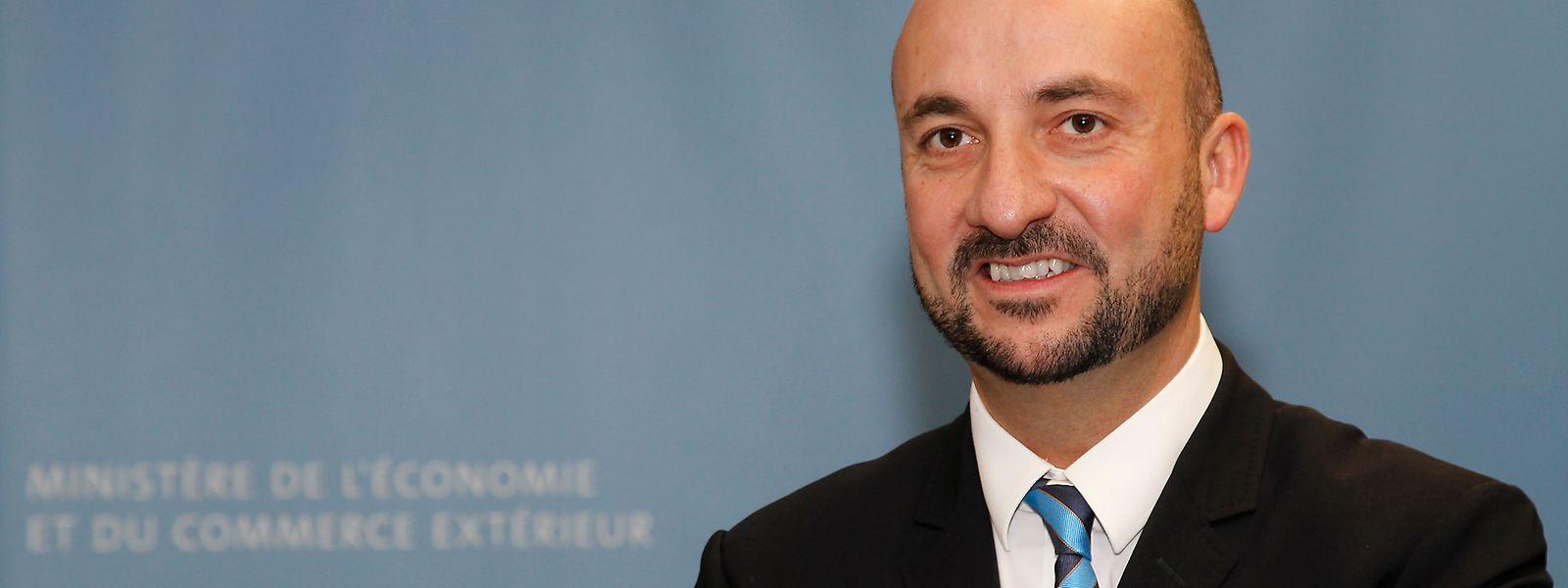 Am 1. Februar 2012 wurde Etienne Schneider Mitglied der Regierung Juncker-Asselborn II. Als Wirtschaftsminister folgte er auf seinen sozialistischen Parteikollegen Jeannot Krecké.