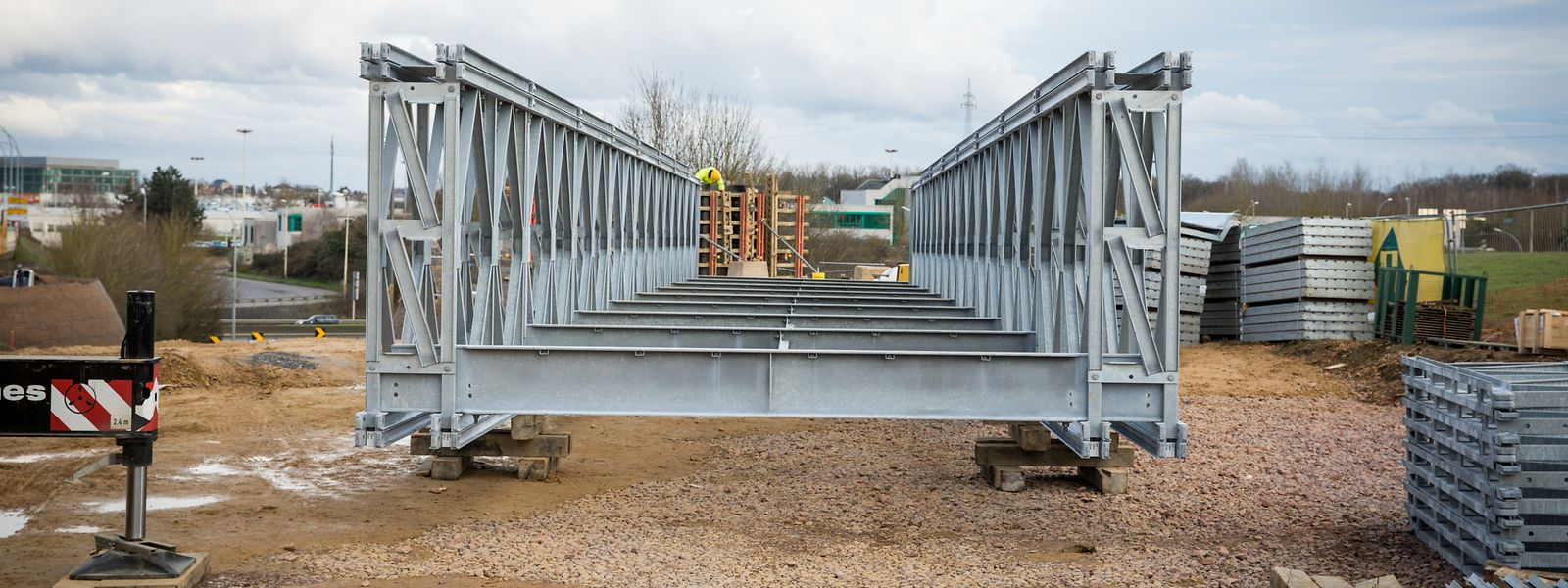 Das Brückengerüst lag bereits seit Längerem im Depot der Straßenbauverwaltung in Waldhof bereit, nun hat der Zusammenbau begonnen.
