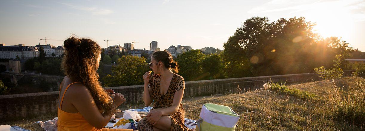 Ein Picknick zum Frühstück, zum Mittagessen oder wie hier im Bild zum Sonnenuntergang sollte man im Sommer nicht missen.