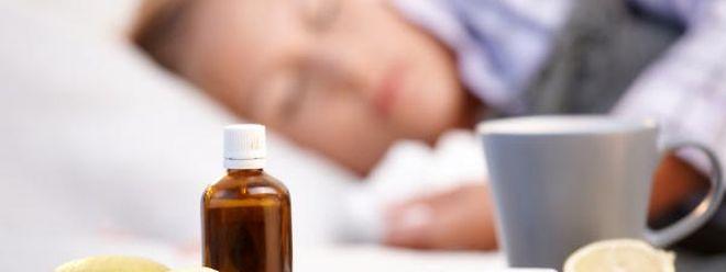 Zuzeit liegen viele mit Grippe flach: Die Infektionsraten nehmen aber wieder ab.