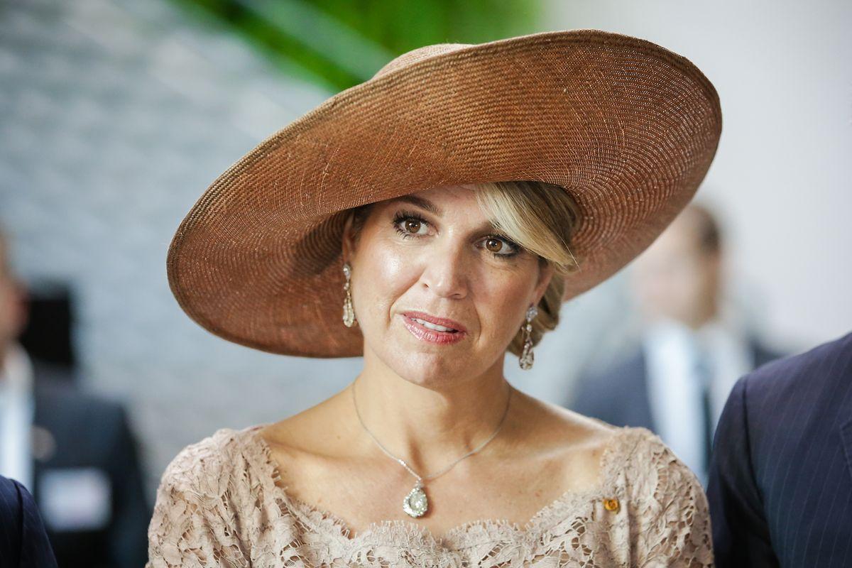 Königin Máxima erschien in einem beigefarbenen Spitzenkleid mit passendem Hut.