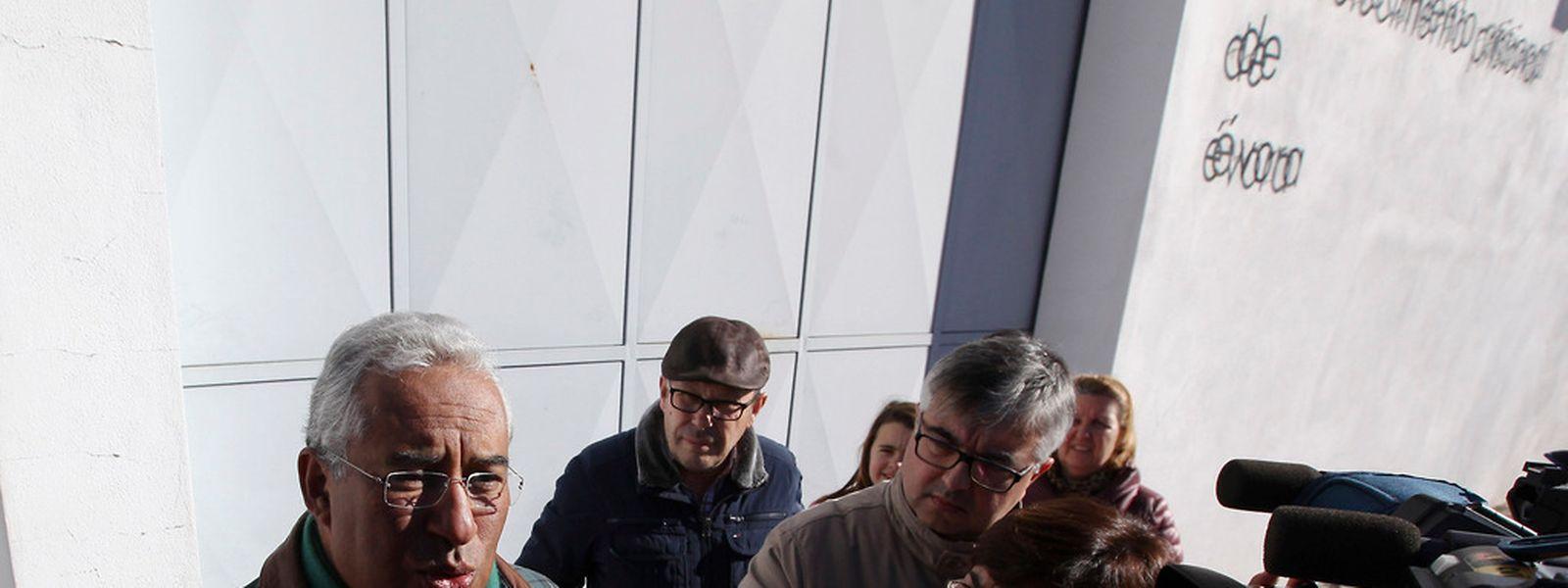 O secretário-geral do Partido Socialista (PS), António Costa, fala aos jornalistas à saída do Estabelecimento Prisional de Évora, onde visitou pela primeira vez o ex-primeiro ministro José Sócrates