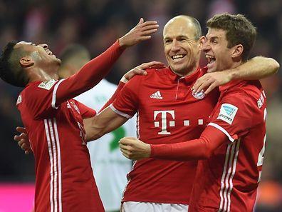 Bayern München hat mit dem 5:0 in Wolfsburg die Tabellenführung zurückerobert. Hier jubeln Thiago, Arjen Robben und Thomas Müller (v.l.).