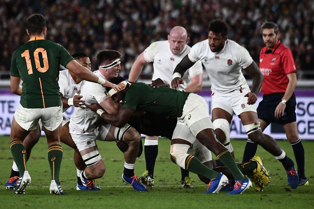 Siya Kolisi, ici face à Tom Curry, est le premier capitaine noir de l'Afrique du Sud.