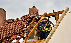 12.07.2019, Rheinland-Pfalz, Bobenheim am Berg: Ein beschädigtes Dach eines Hauses in Bobenheim am Berg. In Rheinland-Pfalz soll ein Tornado einen sechsstelligen Sachschaden verursacht haben. Durch herabfallende Dachziegel seien inBobenheim am Berg im südlichen Rheinland-Pfalz mehrere Fahrzeuge beschädigt worden, teilte die Polizei am Freitagabend mit. Der «Tornado» habe insgesamt elf Häuser «massiv beschädigt». Foto: -/Steil-Tv/dpa +++ dpa-Bildfunk +++
