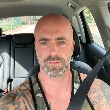 Das Foto von Conings' LinkedIn-Account zeigt ihn in Freizeitkleidung in einem Auto.