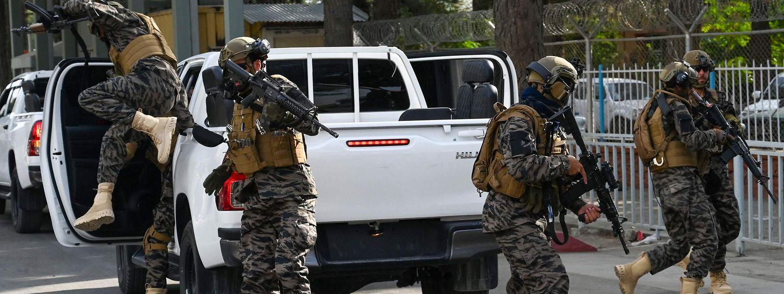 Après le décollage du dernier avion américain, des combattants des forces spéciales Taliban Badri se sont déployés à l'aéroport de Kaboul.
