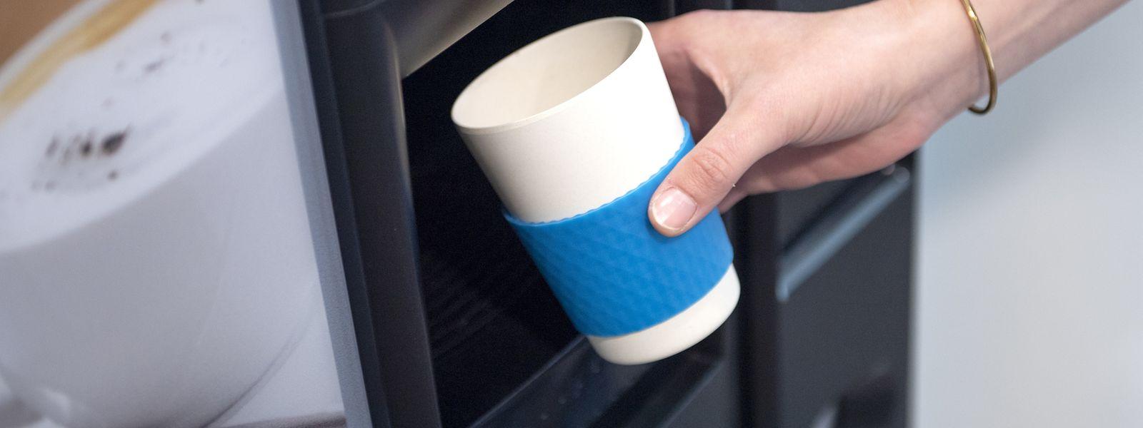 Für den heißen Kaffee sind Bambusbecher ungeeignet: Darin enthaltenes Melamin kann sich lösen und ins Getränk geraten.