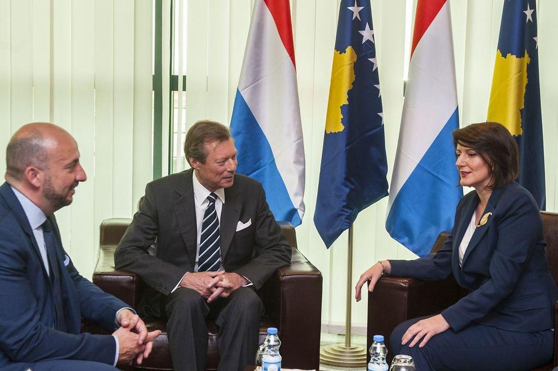 (de g. à dr.) Étienne Schneider, Vice-Premier ministre, ministre de la Défense ; S.A.R. le Grand-Duc ; Atifete Jahjaga, présidente du Kosovo ;