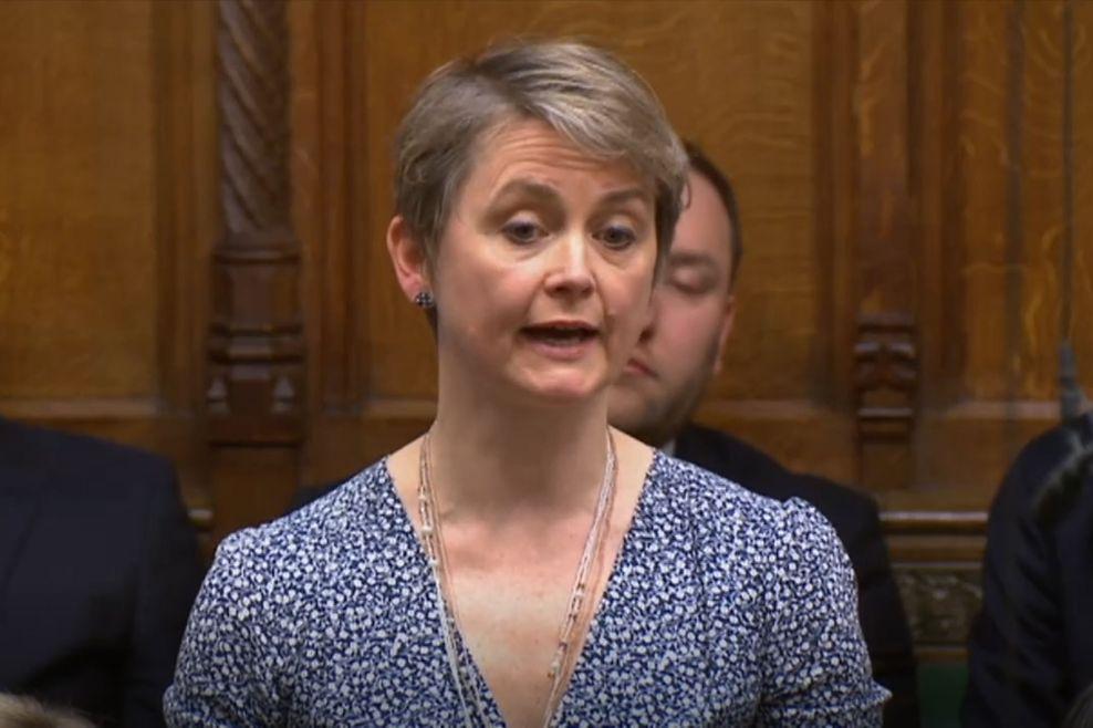 Die Abgeordnete Anna Soubry (links) und Yvette Cooper (rechts), Abgeordnete der Labour Partei im Parlament von Großbritannien.