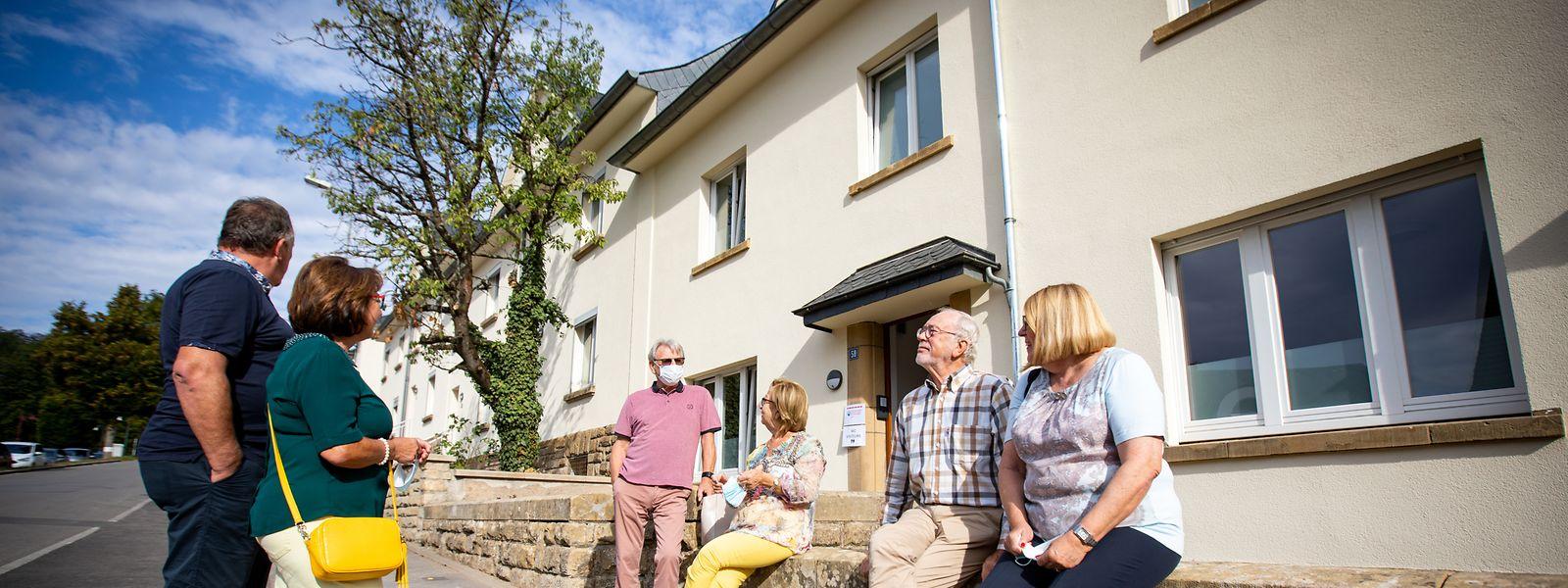 Vorher grau, jetzt beige: Vor den frisch gestrichenen Zollhäusern warten Besucher, die die künftigen Wohnräume für Flüchtlinge anschauen wollen.