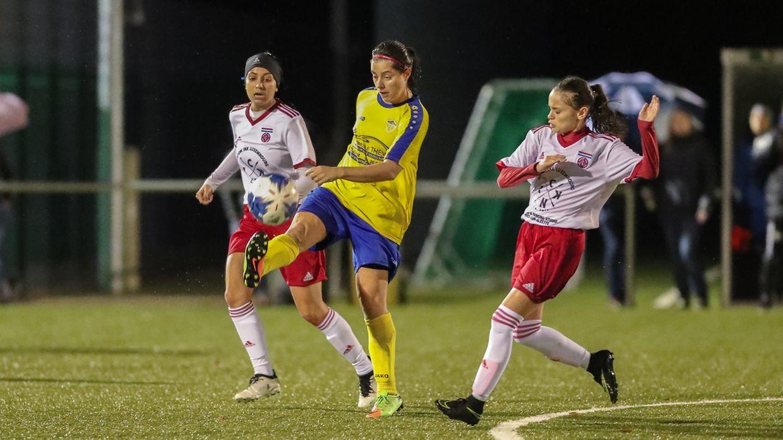 Melissa Goncalves (Diekirch) sous le menace de Diana Gomes.Diekirch - Fola 4-0