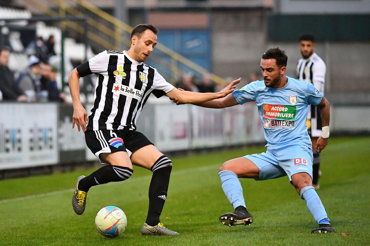 Alessandro Fiorani à la lutte avec Patrik Teixeira. La Jeunesse ne parviendra pas à stopper le leader.