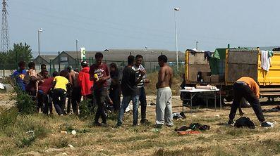 Des migrants se rafraîchissent en pleine canicule