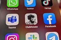 25.01.2021, Berlin: Die Logos der Social-Media-Plattformen WhatsApp (l-r), Twitter, TikTok, Microsoft Teams, Clubhouse, Facebook, Instagram, Slack und Telegramm sind auf einem iPhone 12 Pro Max zu sehen. Die neue Social-Media-App Clubhouse soll künftig auch auf Smartphones mit dem Google-Betriebssystem Android laufen können. Foto: Christoph Dernbach/dpa +++ dpa-Bildfunk +++