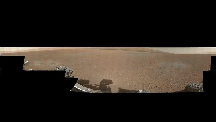 """Das ist das erste farbige Panoramabild, das """"Curiosity"""" zur Erde funkte. Es ist eine 360-Grad-Aufnahme des Gale-Kraters."""