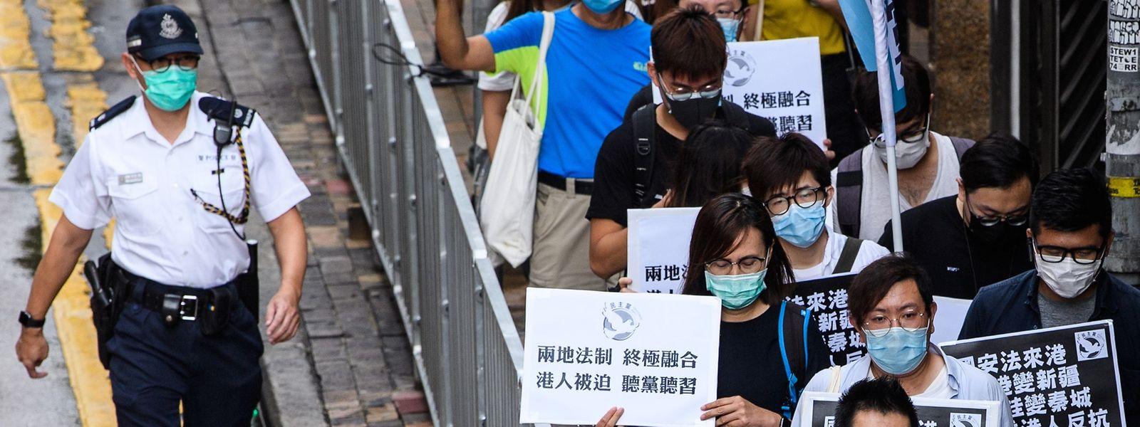 Trotz Verbot trauten sich am Freitag einige Demonstranten in Hongkong auf die Straße, um ihren Unmut über die geplante Gestzgebung zum Ausdruck zu bringen.