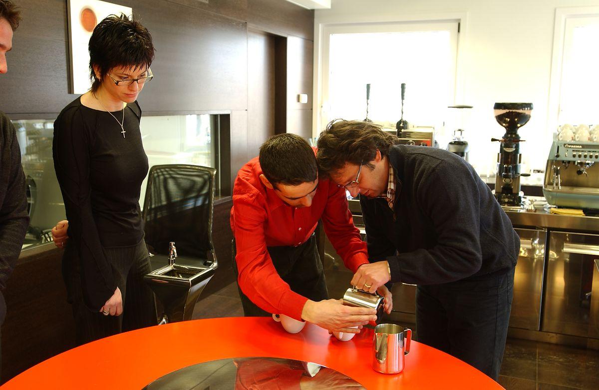 Barrista in Aktion: An der illy-Kaffe-Universität lernt man auch, wie Kaffeespezialitäten entstehen.