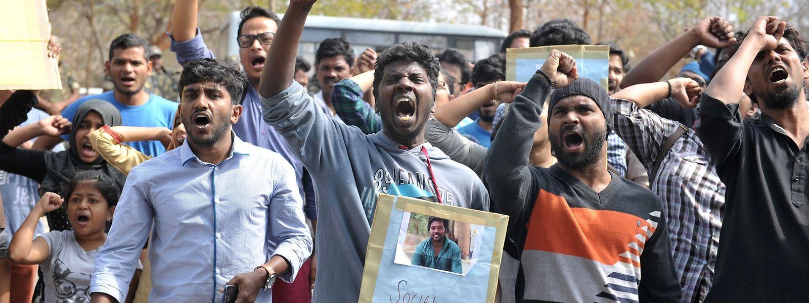 Indische Studenten protestieren im Namen ihres toten Kollegen Rohith Vemula.