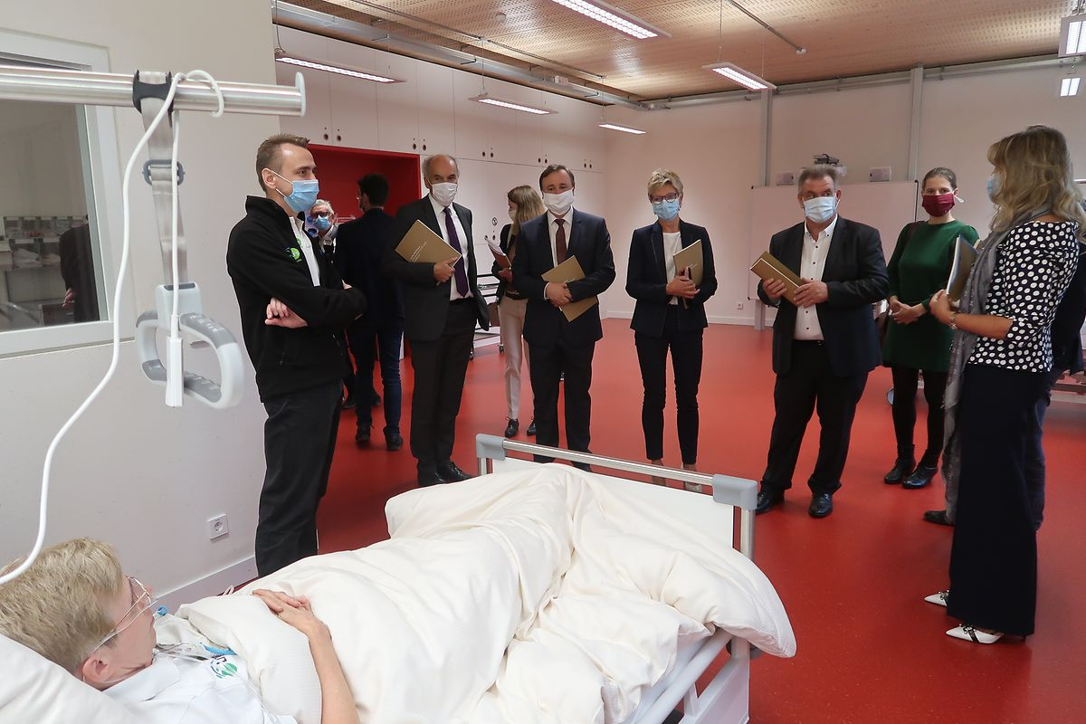 Besuch in einem Simulationsraum, wo die Schüler ihr Wissen in realistischen Pflegesituationen anwenden können.