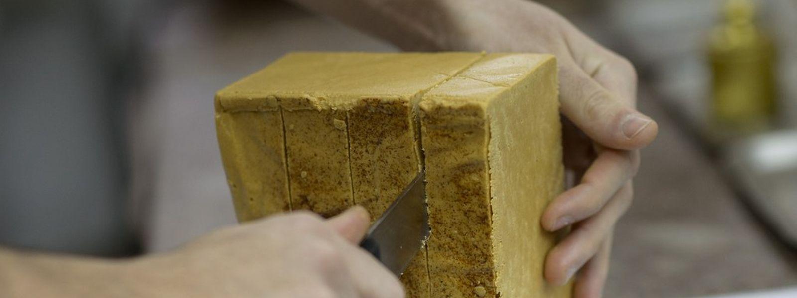 Eine spanische Spezialität: Turrón wird aus Mandeln, Honig, Zucker und Ei hergestellt.