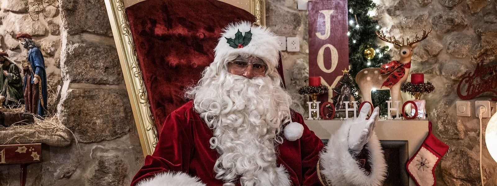 Issa Kassissieh verkleidet als Weihnachtsmann sitzt in seinem Haus auf einem goldenen Thron. Der ehemalige Basketballspieler verweist auf mehrere Diplome und Zertifikate von Weihnachtsmannschulen in den USA.