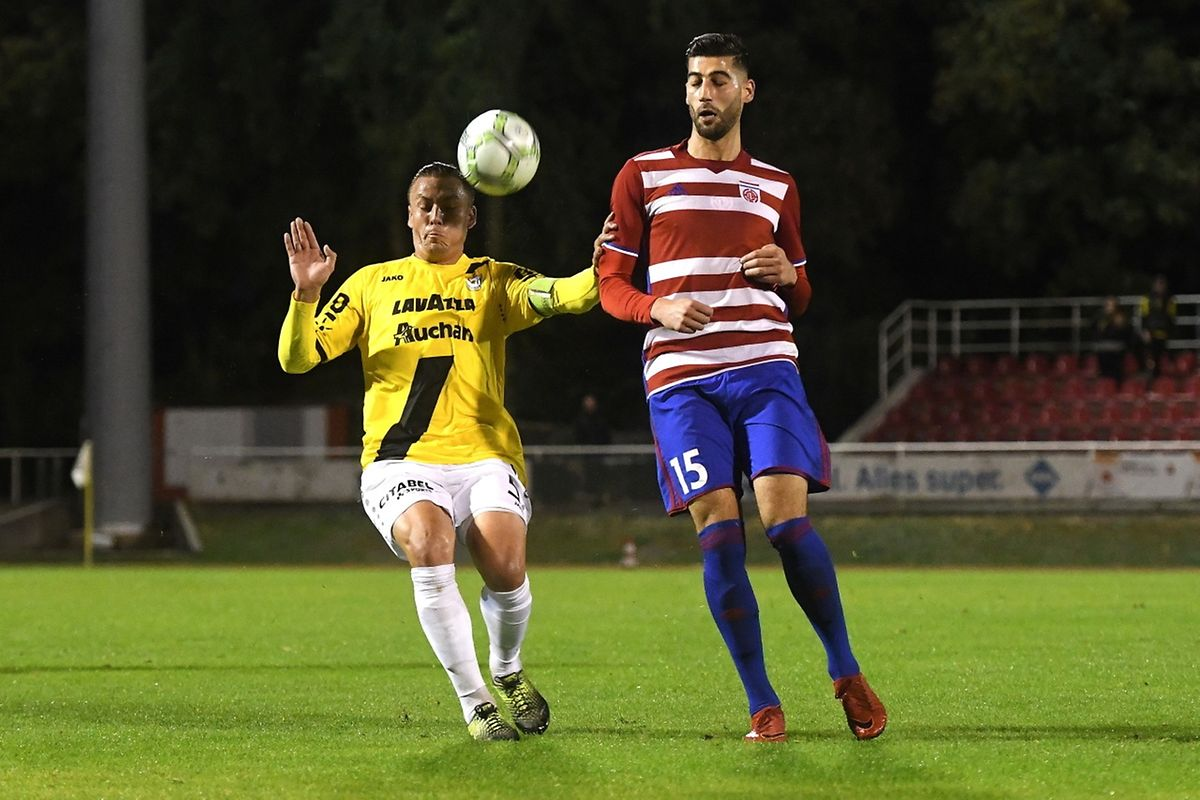 Tom Schnell tente de contenir Samir Hadji.La rencontre s'est jouée à la dernière minute.