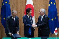Donald Tusk, Shinzo Abe und Jean-Claude Juncker (vlnr) freuen sich über das Abkommen.
