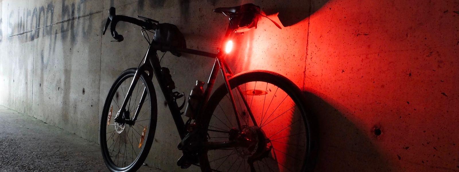 Zusätzlich zu durchgehend leuchtenden weißen Frontscheinwerfern und roten Rücklichtern dürfen nun auch blinkende rote Rücklichter an Fahrrädern, Kleidung und Helm angebracht werden.