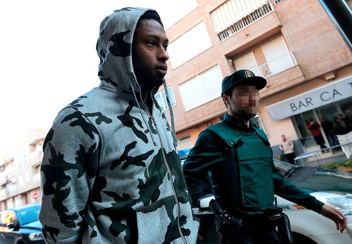 O jogador a ser levado para a esquadra, em Espanha.