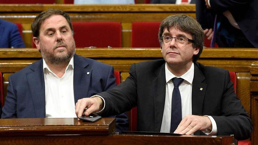 Carles Puigdemont (à direita) e Oriol Junqueras (à esquerda)