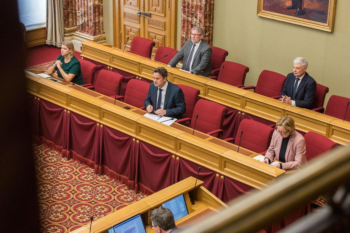 Ungewohnte Sitznachbarn auf der Regierungsbank: Djuna Bernard (Déi Gréng), Mars Di Bartolomeo (LSAP) und Claude Wiseler (CSV) dürfen sich am 17. März wegen der Hygiene-Maßnahmen in der Chamber (wieder) wie Minister fühlen.