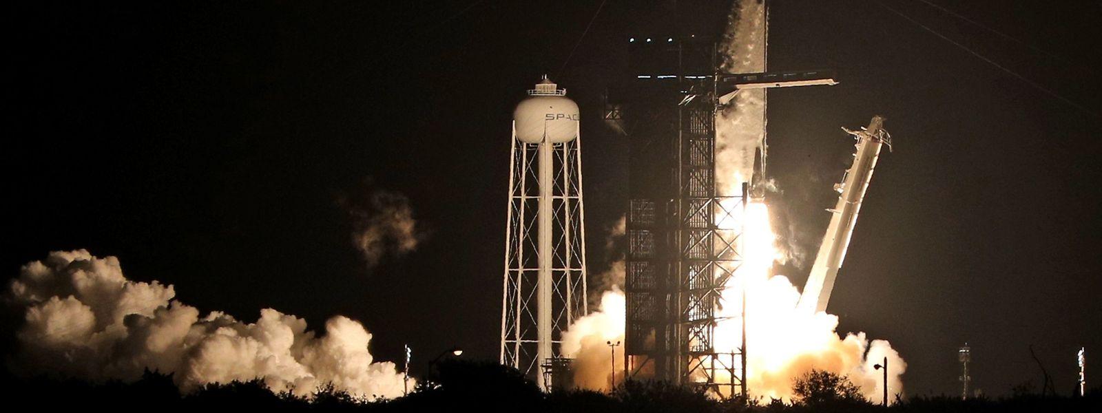 """Das Raumschiff """"Crew Dragon"""" hebt im amerikanischen Cape Canaveral ab."""