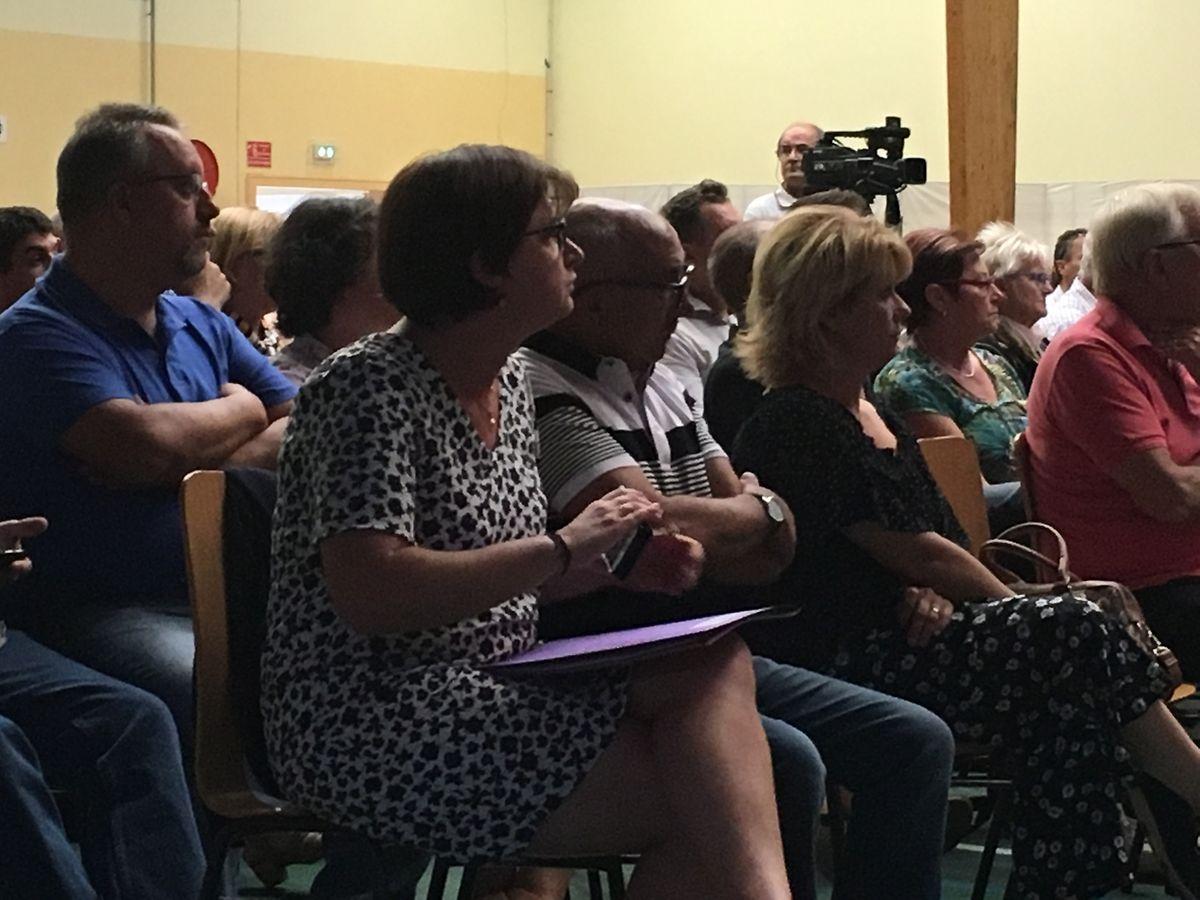 Près de 350 personnes,dont deux rangées d'élus, ont pris part à la réunion.