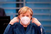 dpatopbilder - 28.10.2020, Berlin: Bundeskanzlerin Angela Merkel (CDU) setzt zu Beginn der Sitzung des Bundeskabinetts im Bundeskanzleramt die Mund-Nasenbedeckung ab. Der Bund will mit drastischen Kontaktbeschränkungen die massiv steigenden Corona-Infektionszahlen in den Griff bekommen. Foto: Kay Nietfeld/dpa-Pool/dpa +++ dpa-Bildfunk +++
